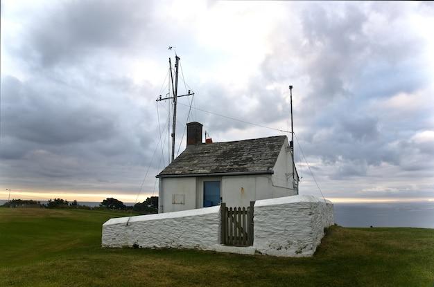 コーンウォールの崖にあるライフガードの見張り小屋 無料写真