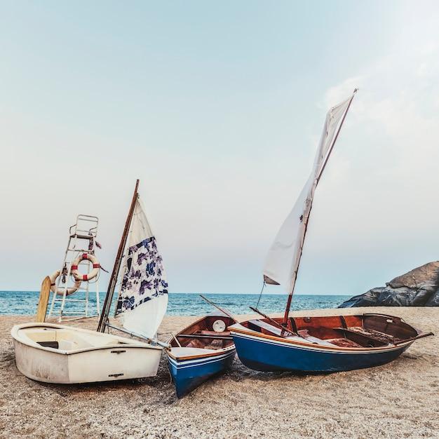 Парусные лодки морской берег lifesaver флотация жизнь буй рок формирование концепции Бесплатные Фотографии