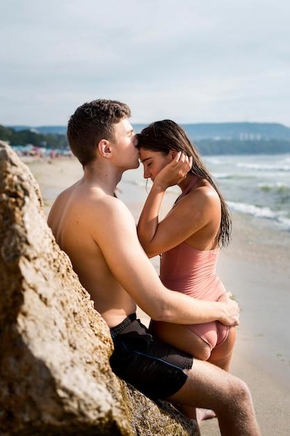 かわいいカップルとライフスタイルビーチ 無料写真