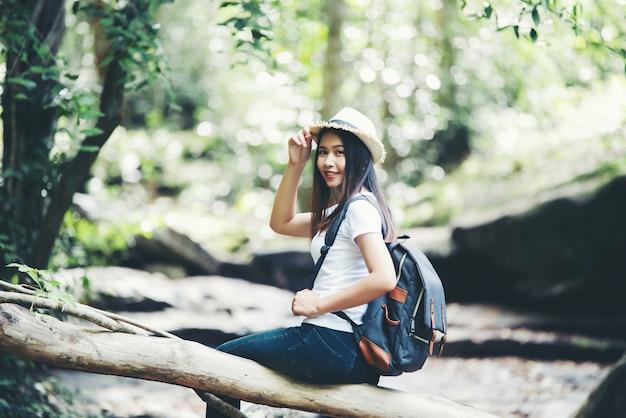 ライフスタイル美人休暇中に野生の旅行ハイキングで旅行する幸せなねじれ。 無料写真
