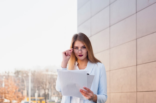 Lifestyle portrait of businesswoman Free Photo