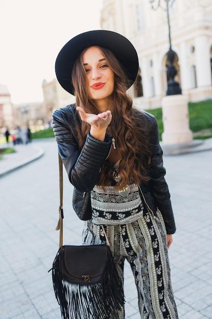 Образ жизни портрет довольно веселая женщина отправить поцелуй, смех, наслаждаясь праздниками в старом европейском городе. уличная мода выглядит. стильный весенний наряд. Бесплатные Фотографии