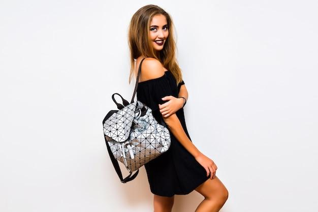 Флэш-образ из студии lifestyle удивленной женщины со стильным элегантным готическим макияжем и одеждой Бесплатные Фотографии