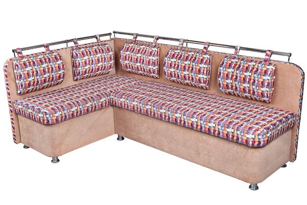 明るい茶色とまだらの籐のクッションは、白い背景で隔離されたダイニングルームのコーナーソファをカバーし、クリッピングパスが含まれています。 Premium写真