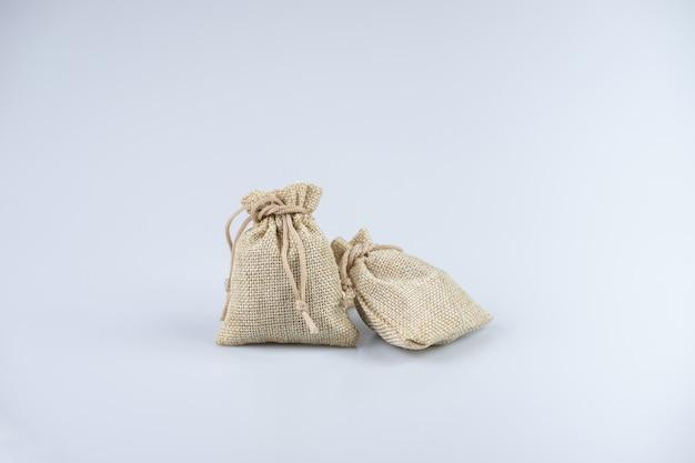 Светло коричневые мешки на белом фоне. наполненный продуктами. Premium Фотографии