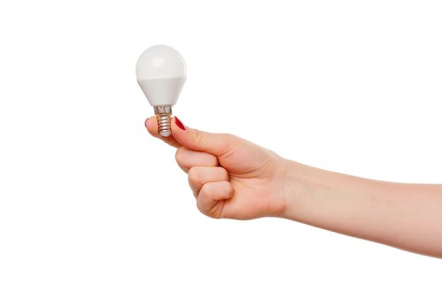 Лампочка в руке женщины Premium Фотографии