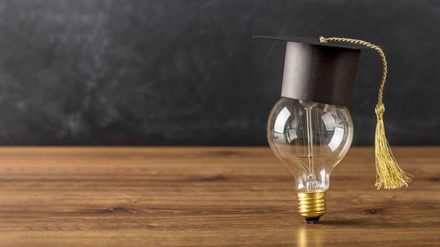 卒業帽とコピースペース付きの電球 Premium写真