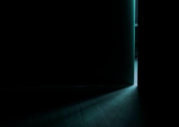 열린 문에서 빛 무료 사진