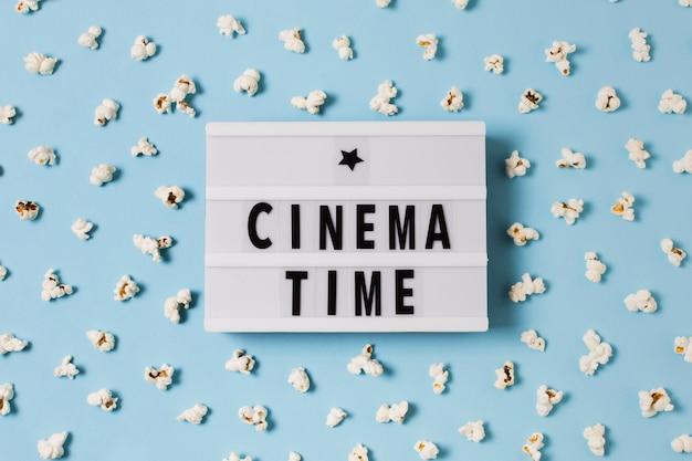 Lightbox con popcorn sul tavolo Foto Gratuite