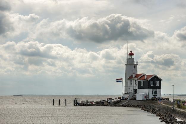 オランダのマルケンマルケン近くの灯台 無料写真