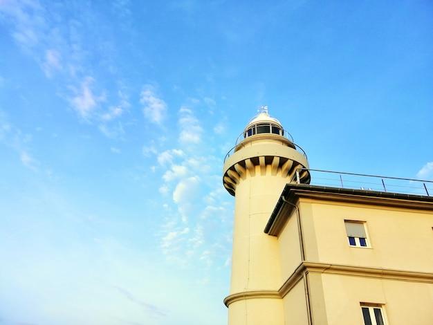 スペイン、サンセバスチャンのビーチで澄んだ空に触れる灯台 無料写真
