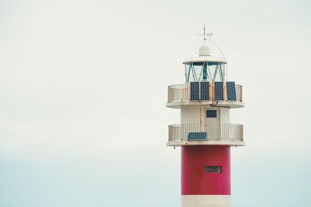 Башня маяка с копией пространства Premium Фотографии