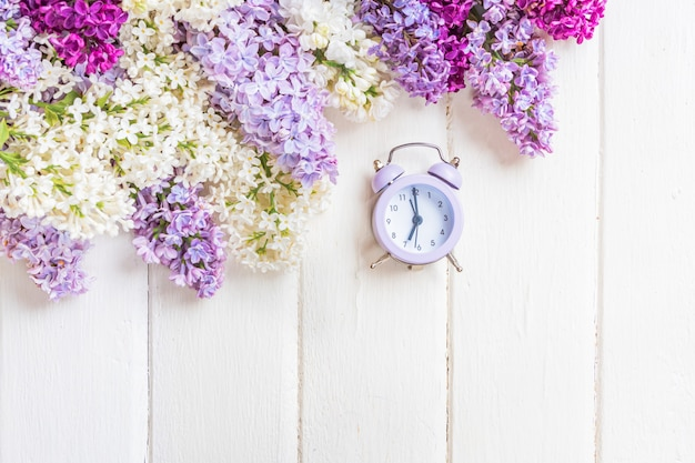 Copyspaceと白い木製の背景にライラックの花の枝。春や母の日のコンセプト Premium写真