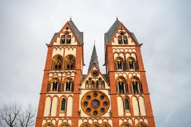 Cattedrale di limburg sotto un cielo nuvoloso e luce solare in germania Foto Gratuite