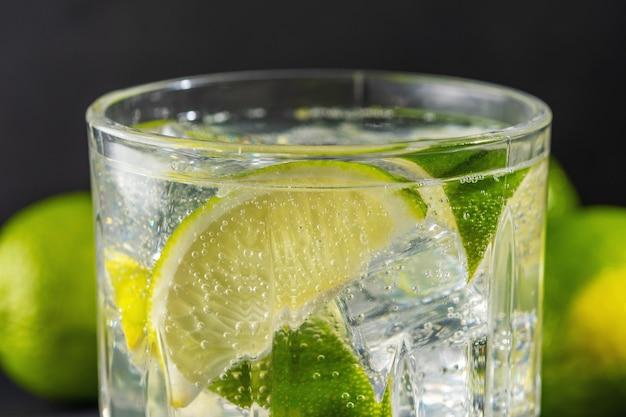 グラスに炭酸水を入れたライムスライス Premium写真