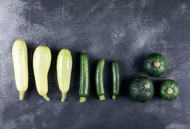 Zucchine allineate. disteso. Foto Gratuite