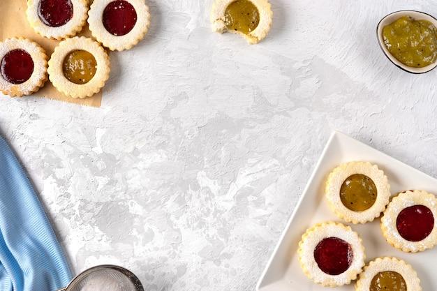 Взгляд сверху красочного печенья linzer на свете Premium Фотографии