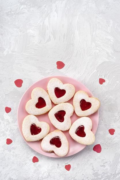 Печенье linzer в форме сердца на день святого валентина с любовью Premium Фотографии
