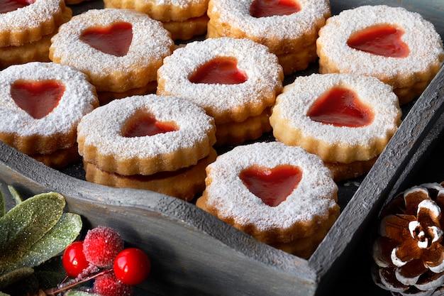 Крупный план на подносе традиционного рождественского печенья linzer Premium Фотографии