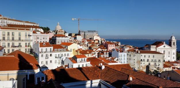 Городской пейзаж лиссабона на alfama Premium Фотографии