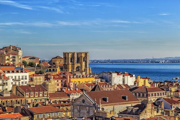 大聖堂delisboaまたはigrejade santa mariamaiorのあるリスボンの景色 Premium写真