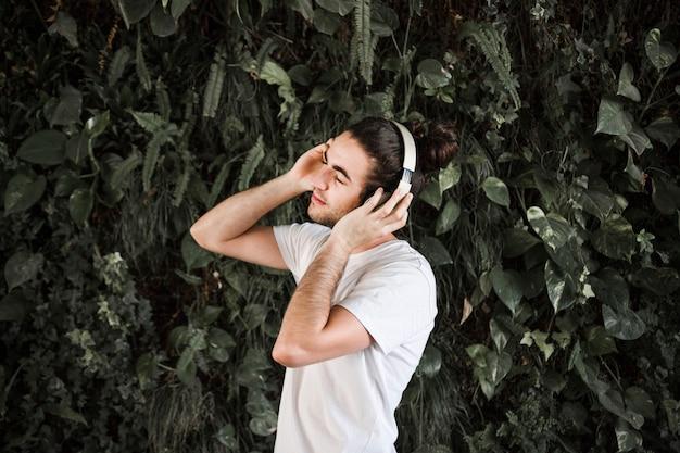 Listening to music Free Photo