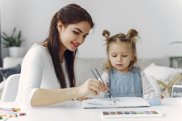 自宅で勉強しているlitthe女の子の家庭教師 無料写真