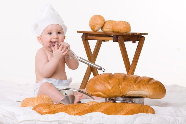 白地に小さな赤ちゃんシェフ、バゲット、パン Premium写真