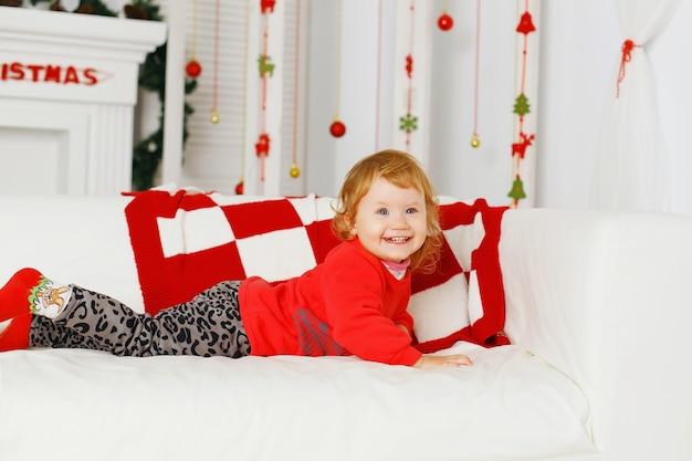 美しいクリスマスの装飾の小さな女の赤ちゃん新年の準備 Premium写真