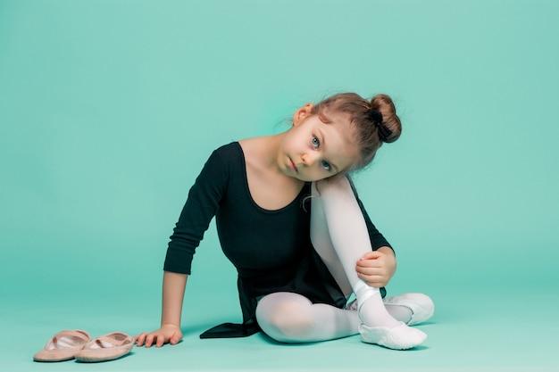 La piccola ballerina sull'azzurro Foto Gratuite