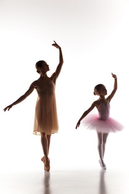 ダンススタジオの個人バレエ教師と踊る小さなバレリーナ 無料写真