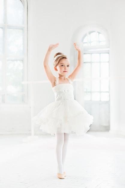 Piccola ragazza ballerina in un tutu. adorabile bambino che balla balletto classico Foto Gratuite