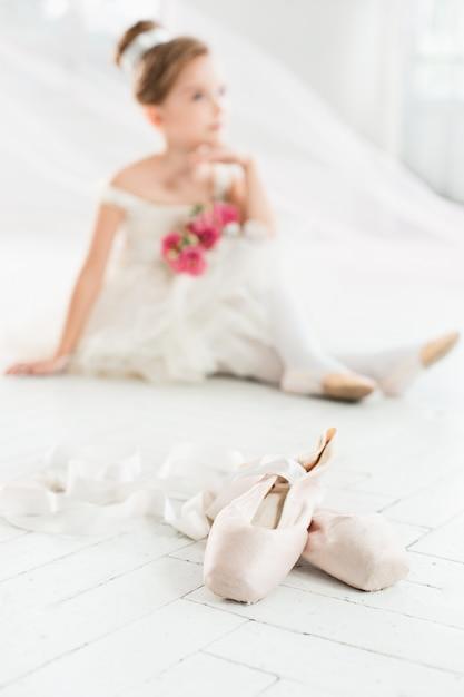 バレエ学校のクラスで白いチュチュの小さなバレリーナ 無料写真