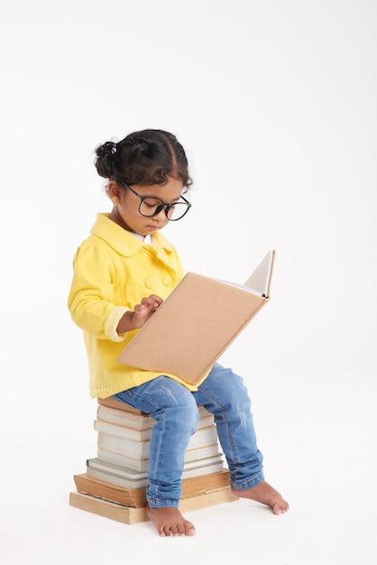 작은 책벌레는 독서에 싸서 무료 사진