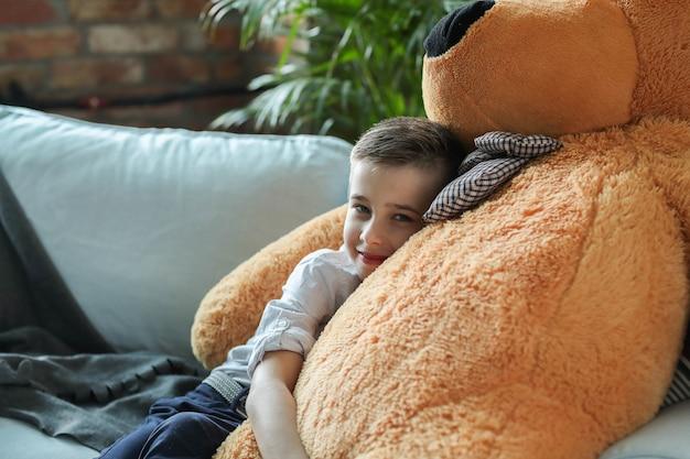 自宅で小さな男の子 無料写真