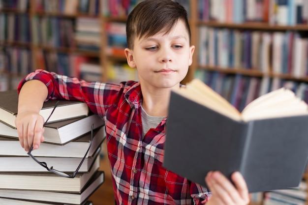 図書館で小さな男の子 無料写真