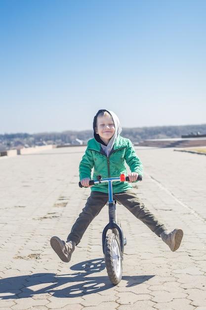 Little boy doing tricks riding bike Premium Photo