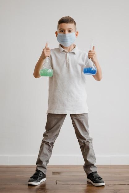 받는 사람에 화학 원소를 들고 어린 소년 무료 사진