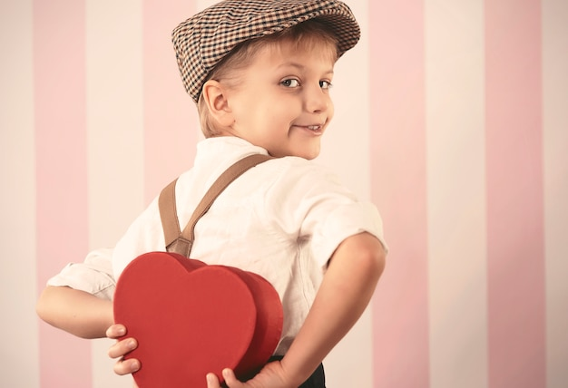 小さなバレンタインギフトを持っている小さな男の子 無料写真
