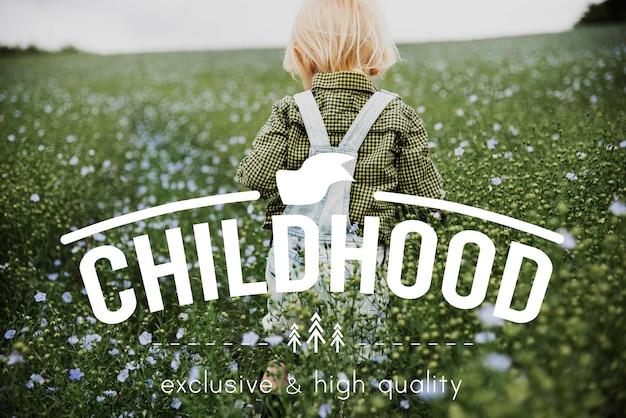 Маленький мальчик в цветочном поле Бесплатные Фотографии