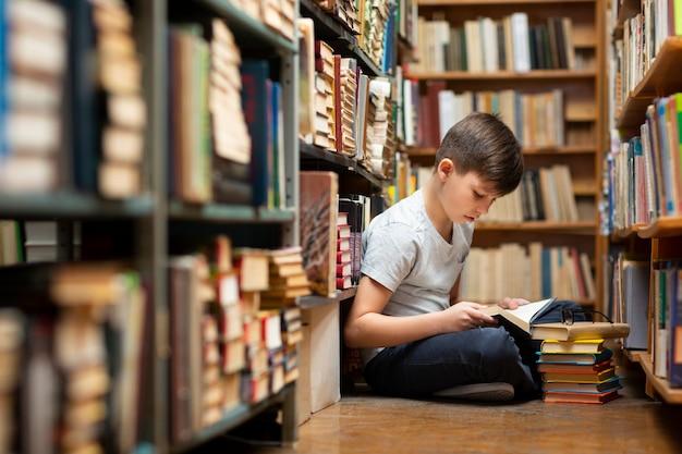 Ragazzino in biblioteca Foto Gratuite