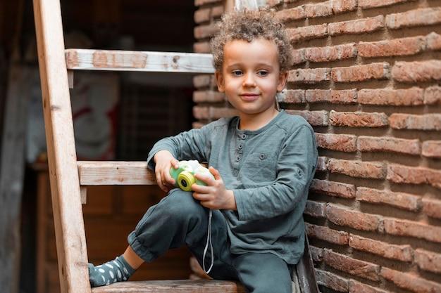 カメラのおもちゃで屋外の小さな男の子 無料写真