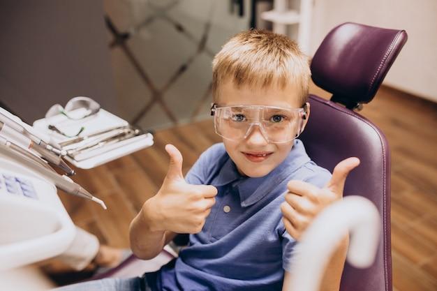 Маленький мальчик-пациент у стоматолога Бесплатные Фотографии