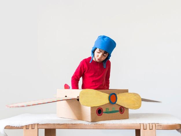 ボートで遊ぶ少年 無料写真