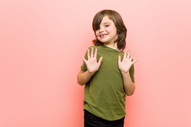 嫌悪感を示す誰かを拒否する少年。 Premium写真