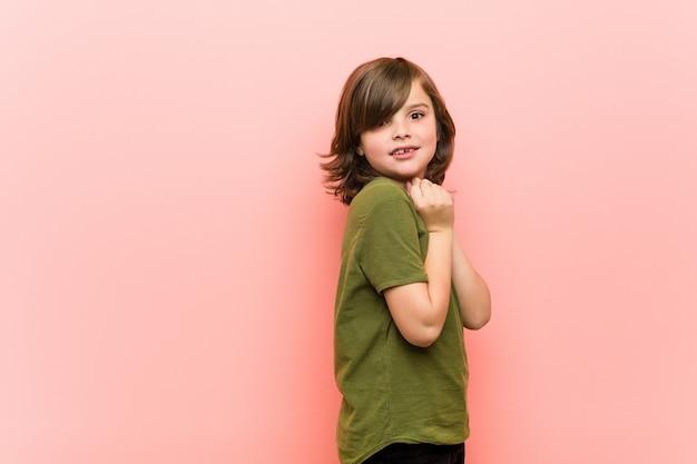 小さな男の子は怖がって恐れています。 Premium写真