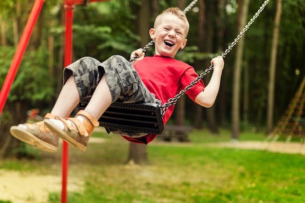 스윙하는 어린 소년 무료 사진