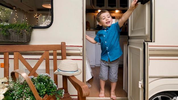 Маленький мальчик хочет закрыть дверь каравана Бесплатные Фотографии