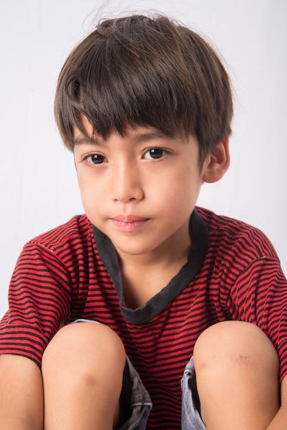 悲しみの顔の肖像画を持つ少年 Premium写真