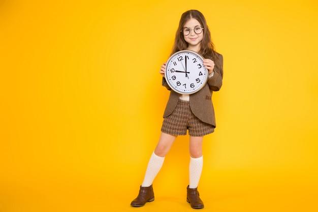 시계와 의상에서 갈색 머리 소녀 프리미엄 사진